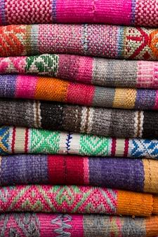 Kleurrijke traditionele peruviaanse stoffen op de markt