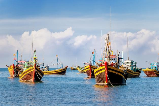 Kleurrijke traditionele vissersboten dichtbij mui ne, binh thuan, vietnam.