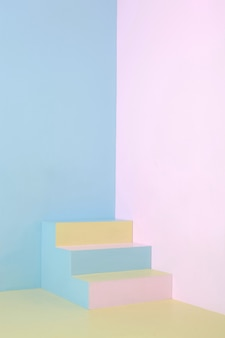 Kleurrijke trap op minimalistische pastelkleurige huishoek, fijne kunstfoto