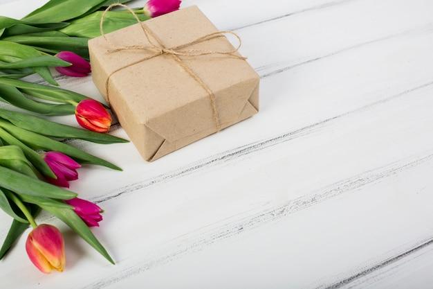 Kleurrijke tulpen en geschenkdoos