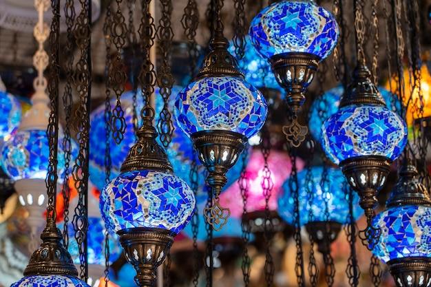 Kleurrijke turkse mozaïek glazen lampen te koop op de straatmarkt in bodrum, turkije. detailopname