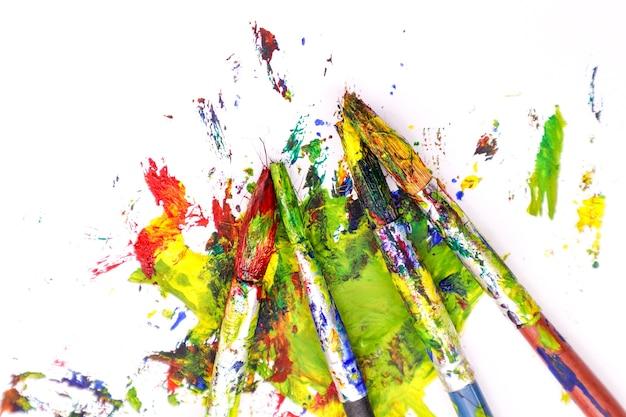 Kleurrijke verf borstels met de kleuren