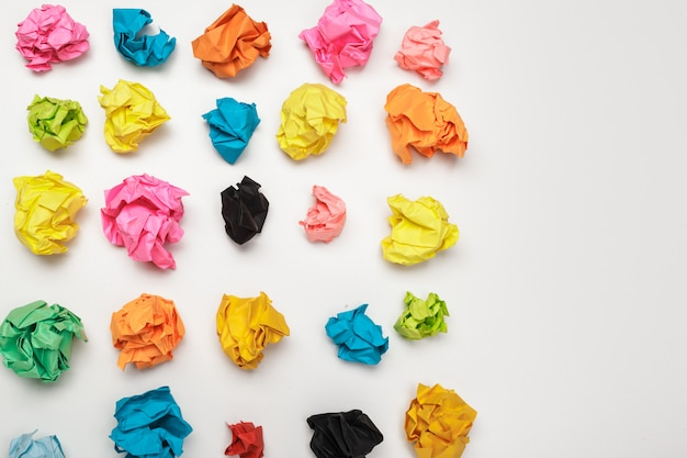 Kleurrijke verfrommeld papier ballen