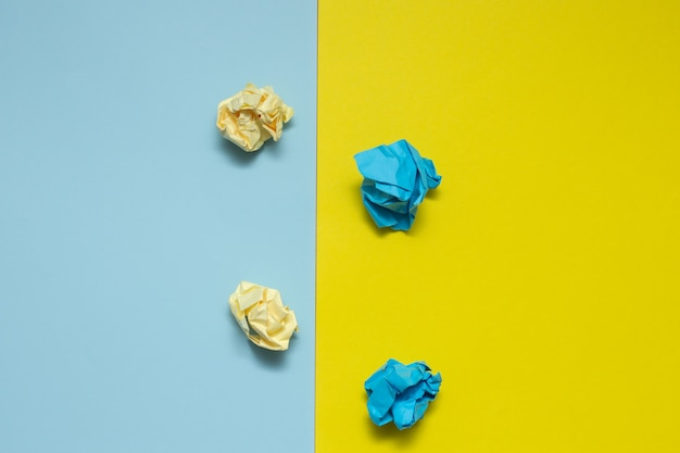 Kleurrijke verfrommelde papieren ballen