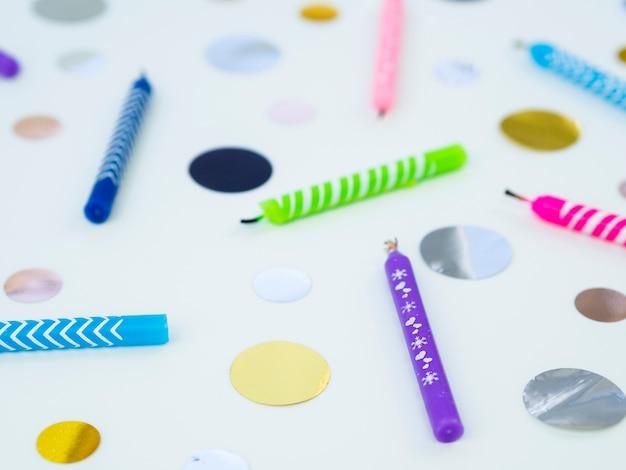 Kleurrijke verjaardagskaarsen en confetti
