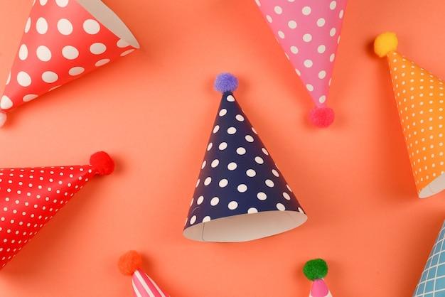 Kleurrijke verjaardagskappen op sinaasappel