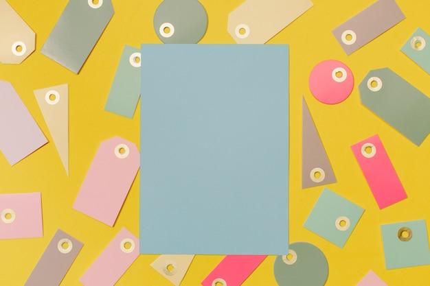 Kleurrijke verkoopetiketten om te winkelen en blauw papier voor mock up