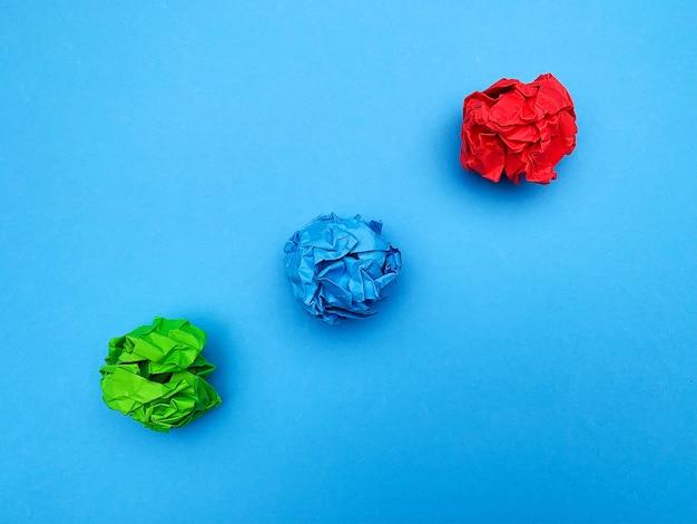 Kleurrijke verkruimelde papieren ballen