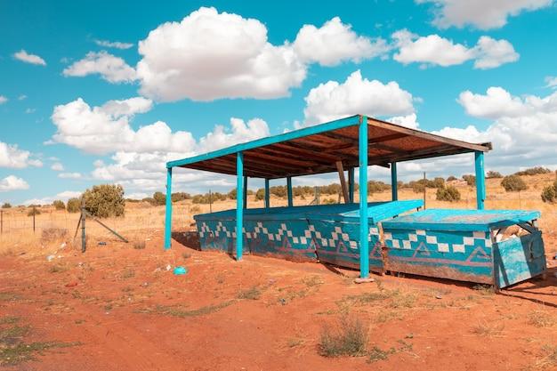 Kleurrijke verlaten marktkramen ergens langs de snelweg in utah