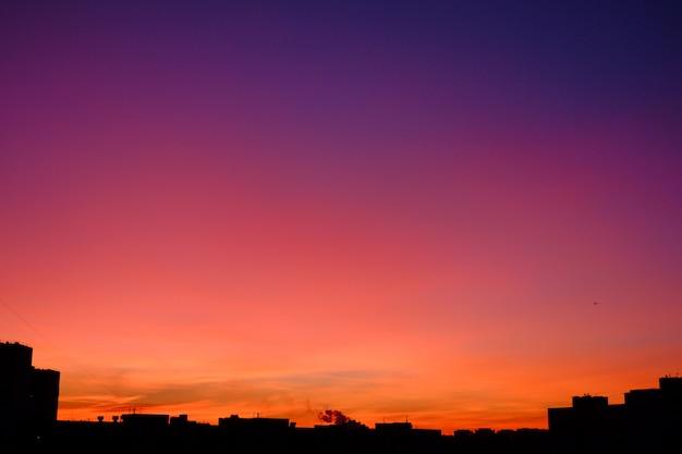 Kleurrijke verloop skyline tijdens zonsondergang in de stad
