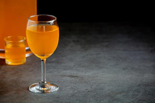 Kleurrijke verschillende cocktails in glazen