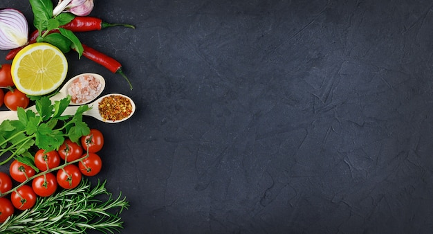 Kleurrijke verschillende kruiden en specerijen voor het koken op donkere achtergrond, kopie ruimte, mock-up, banner. hoge kwaliteit foto