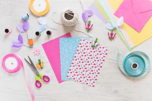 Kleurrijke verschillende plakboekkaart met decoratieve elementen