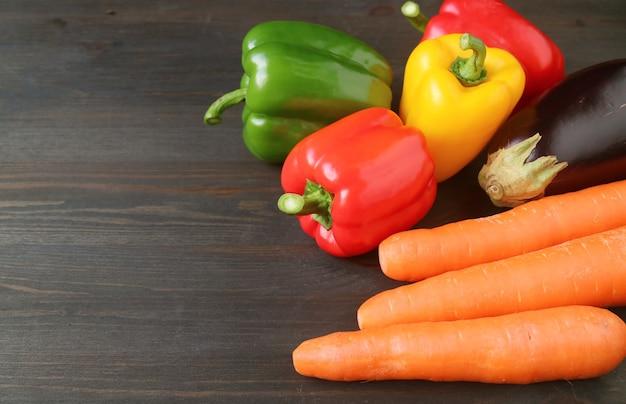 Kleurrijke verse groenten op donkere bruine houten tafel