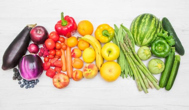 Kleurrijke verse groenten zoals een regenboog