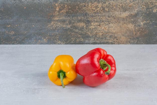 Kleurrijke verse paprika's op marmeren achtergrond. hoge kwaliteit foto