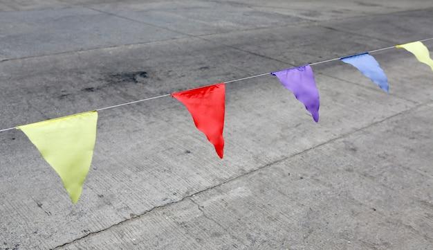 Kleurrijke vlaggen voor waarschuwing op de weg