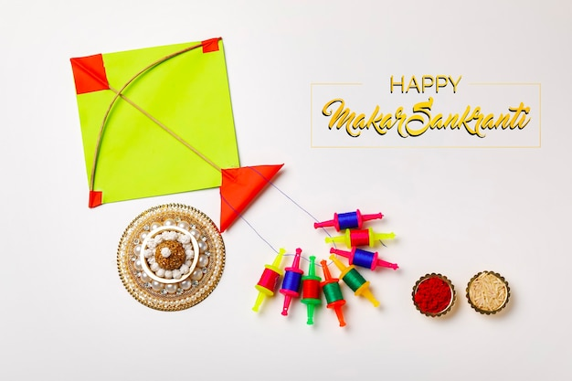 Kleurrijke vlieger met koord. indisch festival makar sankranti concept kleurrijke vlieger met koord. indisch festival makar sankranti concept