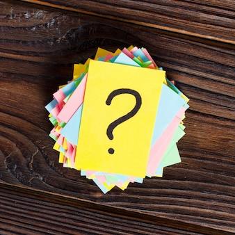 Kleurrijke vraagtekens geschreven herinneringenkaartjes