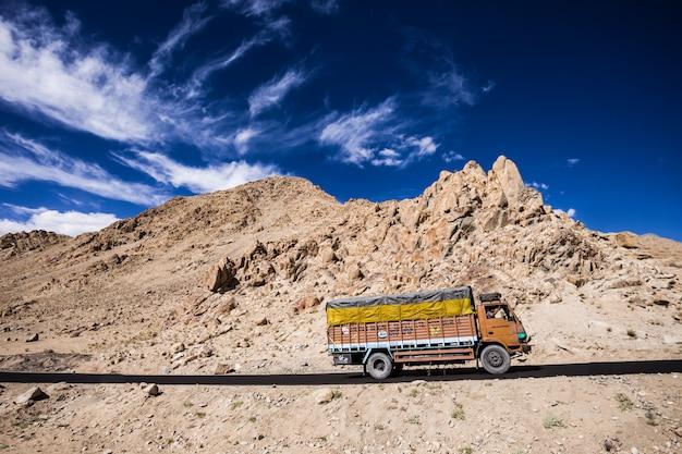 Kleurrijke vrachtwagen in de indiase himalaya