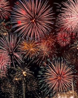 Kleurrijke vuurwerkshow. samenstelling van meerdere afbeeldingen.