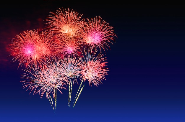 Kleurrijke vuurwerkviering en de schemeringhemel