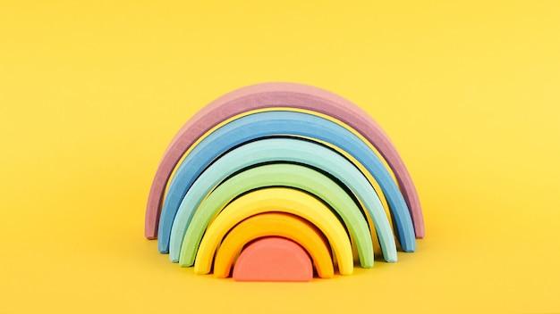 Kleurrijke waldorf houten regenboog