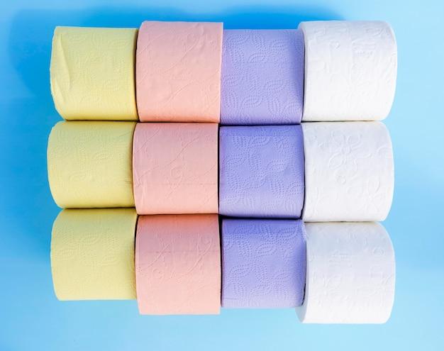Kleurrijke wc-papier rollen op bureau