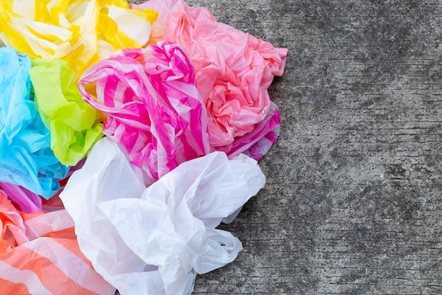 Kleurrijke wegwerp plastic zakken op cement