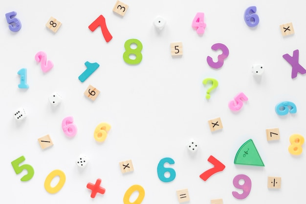 Kleurrijke wiskundeaantallen op witte achtergrond