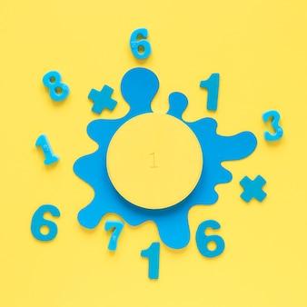 Kleurrijke wiskundegetallen met blauwe vloeibare vlek