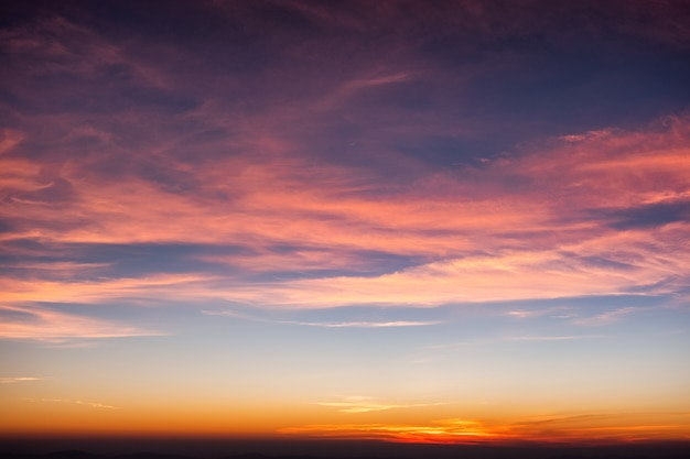 Kleurrijke wolk in blauwe hemel bij zonsondergang