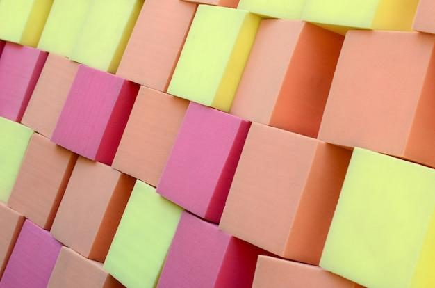Kleurrijke zachte blokjes in droog zwembad