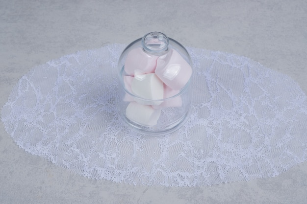 Kleurrijke zachte marshmallows in glazen pot. hoge kwaliteit foto