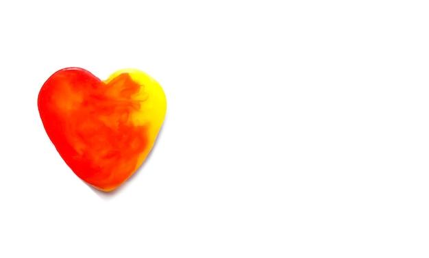 Kleurrijke zeep in de hartvorm op zachte achtergrond.