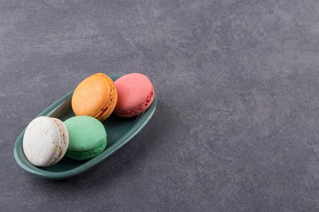 Kleurrijke zelfgemaakte koekjes op grijze plaat
