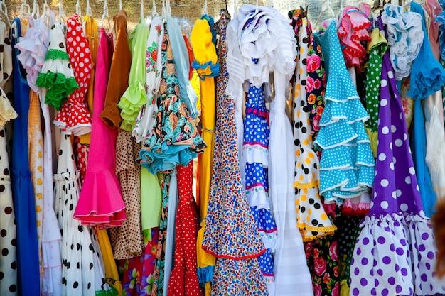 Kleurrijke zigeunerjurken in rek opgehangen in spanje