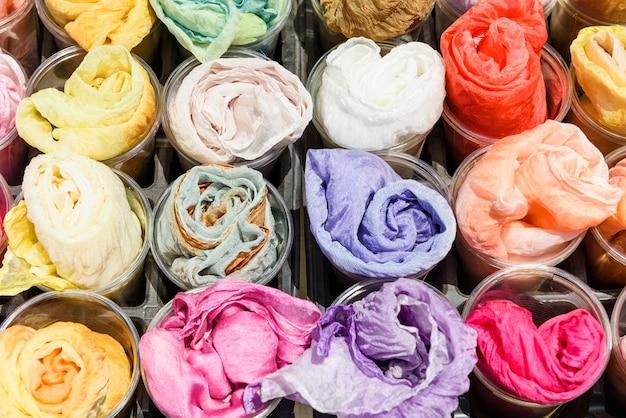 Kleurrijke zijden stoffen te koop op de plastic bekers, japan