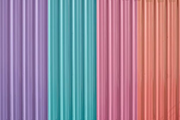 Kleurrijke zink metalen golfplaten hek, metalen plaat hek voor achtergrond, abstracte achtergrond