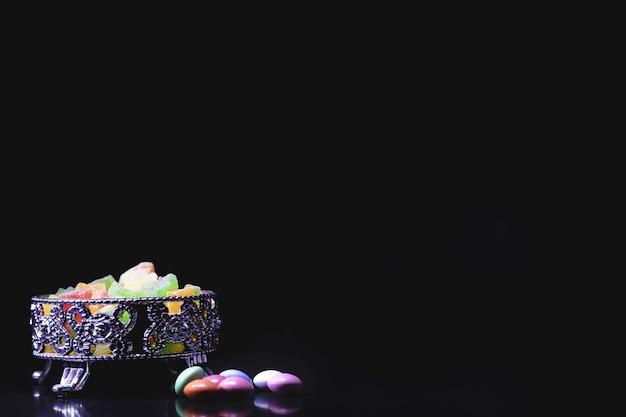 Kleurrijke zoete snoepjes op zwarte ondergrond