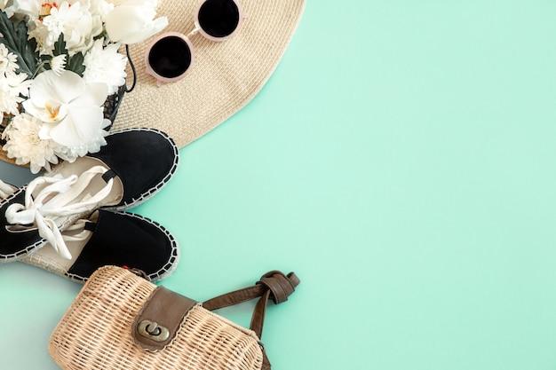 Kleurrijke zomer vrouwelijke mode-outfit plat leggen.