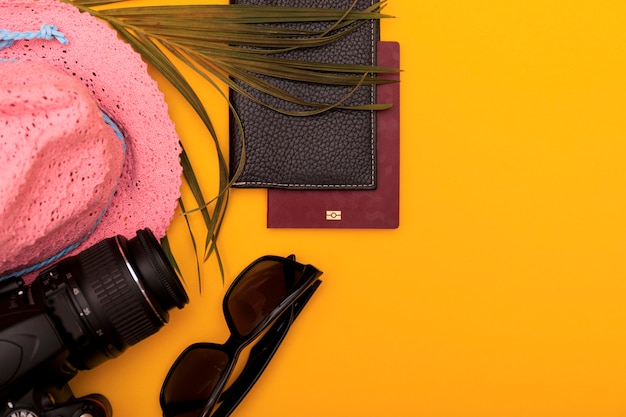 Kleurrijke zomer vrouwelijke mode-outfit plat
