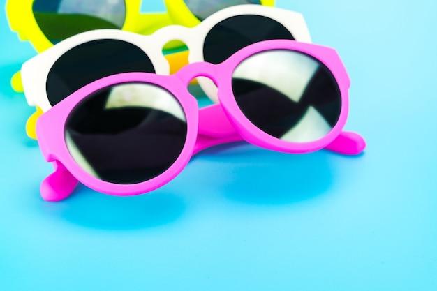 Kleurrijke zonnebril bij lichtblauwe studioachtergrond
