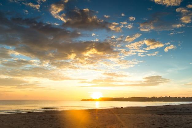 Kleurrijke zonsondergang boven de oceaan op de malediven