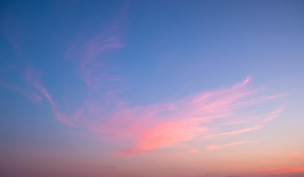 Kleurrijke zonsondergang en zonsopgang met wolken.