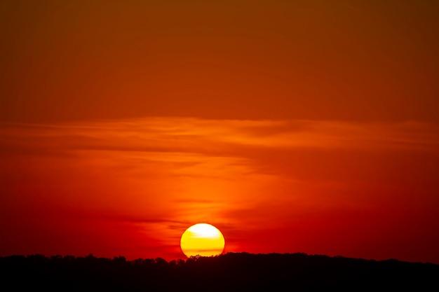 Kleurrijke zonsondergang in de avondlucht. de aard en schoonheid van wolken