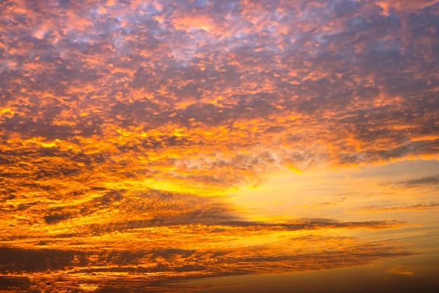 Kleurrijke zonsondergang met wolken in de avond
