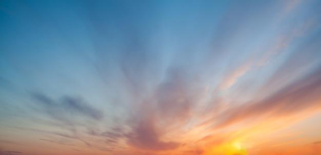 Kleurrijke zonsondergang of zonsopgang aan de hemel.