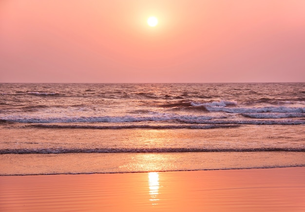 Kleurrijke zonsondergang op het strand. goa, india