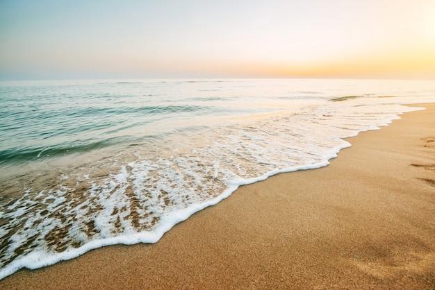 Kleurrijke zonsondergang over de zee.